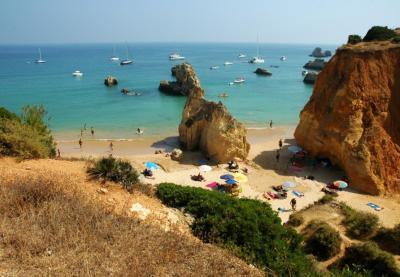 Câmara de Portimão interdita oito quilómetros de praia e costa